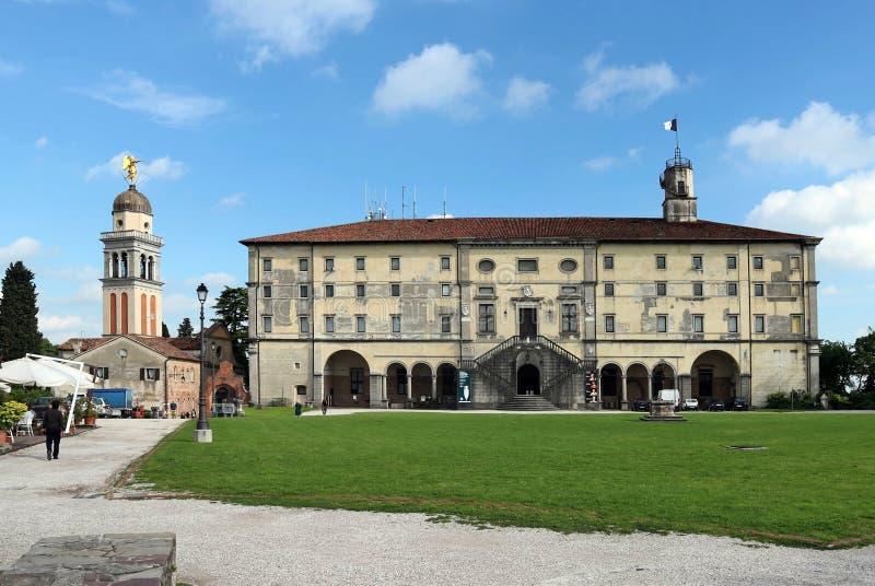 Fachada e iglesia del castillo de Udine en la colina, debajo de un cielo azul con las nubes fotos de archivo libres de regalías