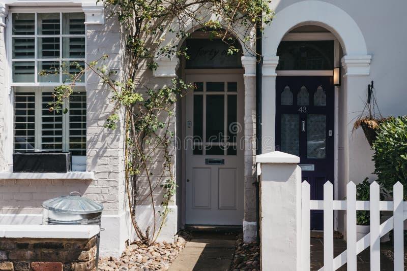 Fachada e portas de casas pasteis coloridas em Barnes, Londres, U fotografia de stock