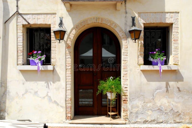 Fachada elegante de un edificio en Portobuffolè en la provincia de Treviso en el Véneto (Italia) fotos de archivo libres de regalías