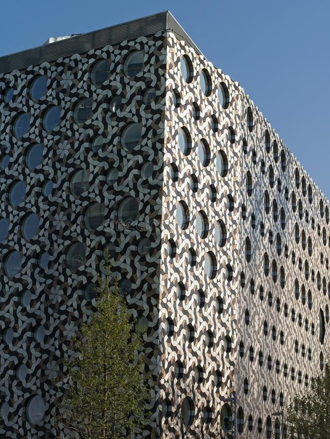Fachada em mosaico da construção do terreno de Ravensbourne, um University College para meios digitais e projeto ao lado da arena foto de stock royalty free