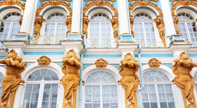 Fachada en Catherine& x27; palacio de s, Tsarskoe Selo y x28; Pushkin& x29; , St Petersburg, Rusia imágenes de archivo libres de regalías