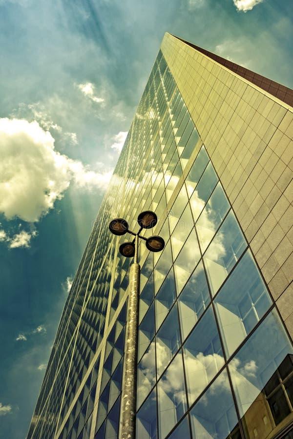 Fachada ensolarado do prédio de escritórios fotografia de stock