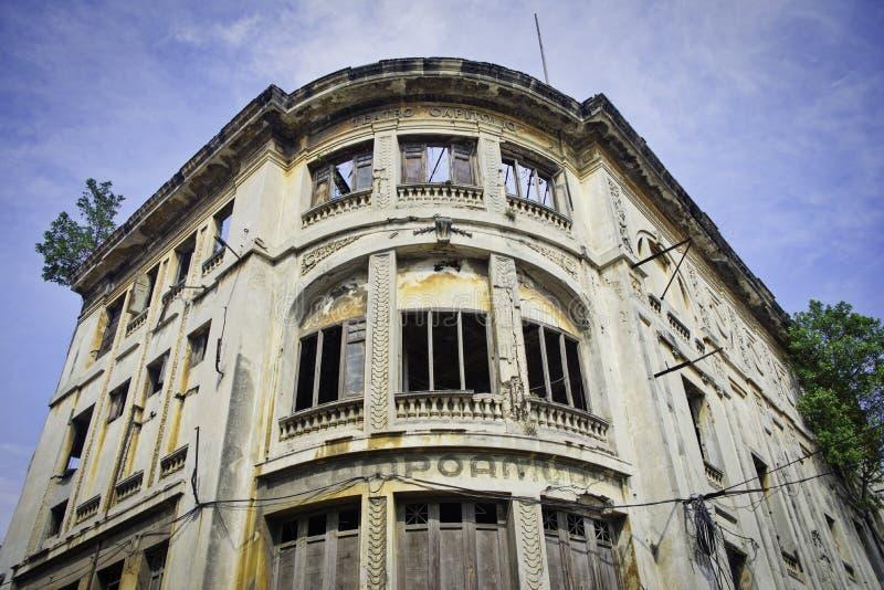 Fachada erosionada del edificio anterior de Campoamor del teatro de Capitolio aka foto de archivo