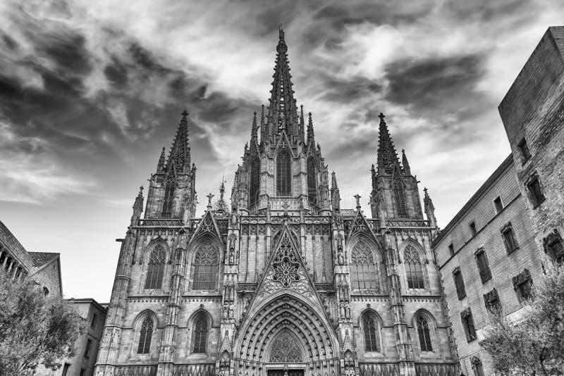Fachada escénica de la catedral de Barcelona, Cataluña, España imagenes de archivo