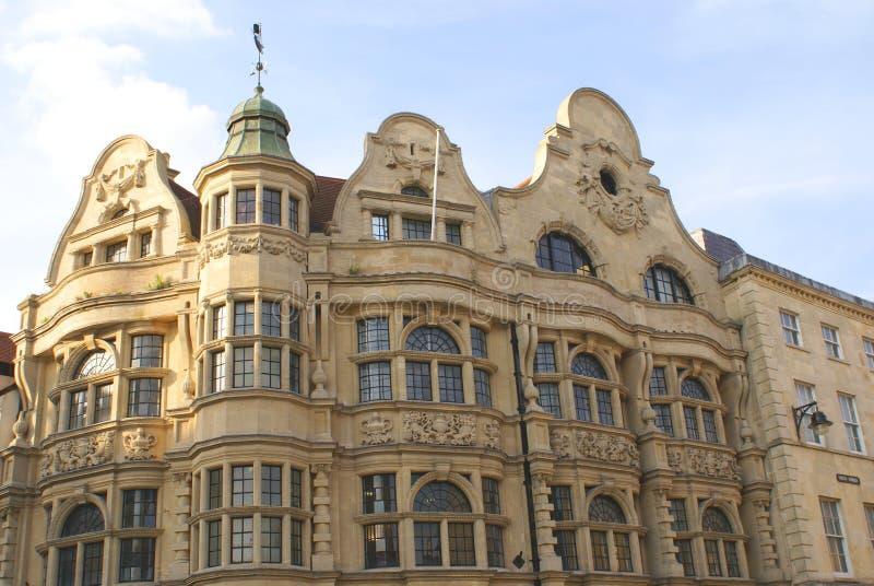 A fachada escultural ornamentado com colunas & arqueou janelas fotografia de stock royalty free