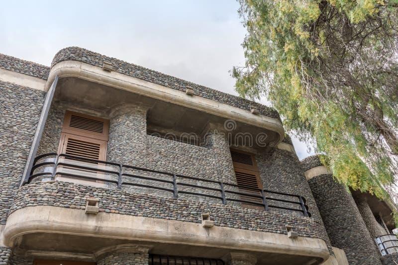 Fachada especial de una casa hecha de piedras naturales foto de archivo