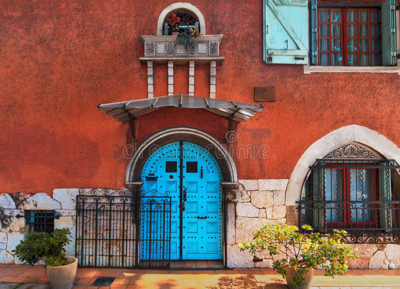 Fachada europea tradicional con la puerta del entance fotografía de archivo libre de regalías
