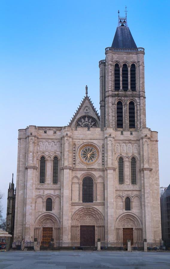 Fachada exterior de la basílica de St Denis, St Denis, París, Francia imagen de archivo