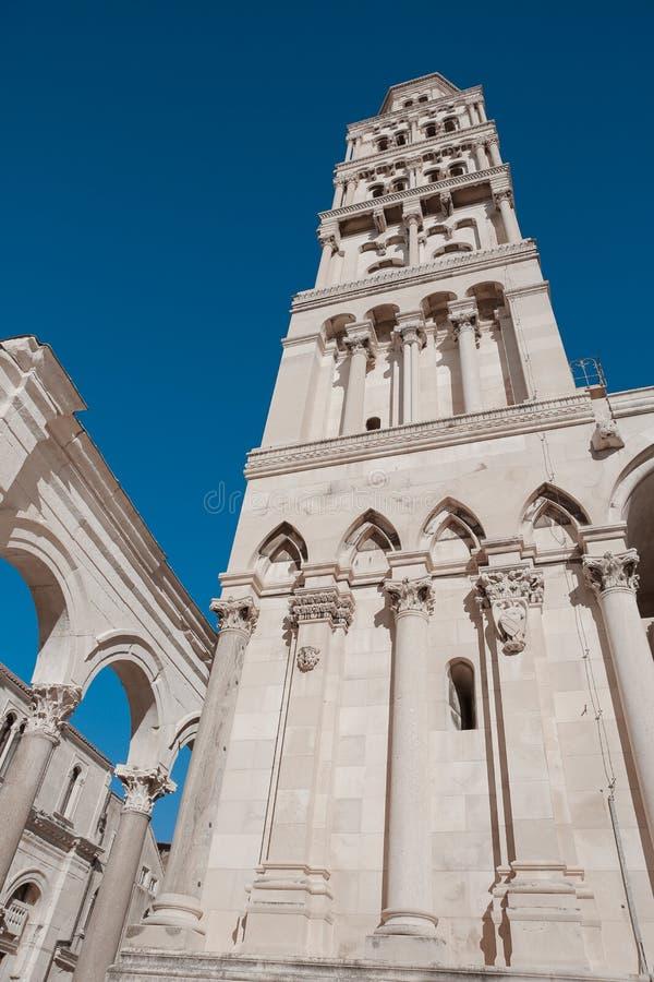 Fachada exterior del palacio público del ` s de Diocletian de la señal, fractura, fotos de archivo libres de regalías