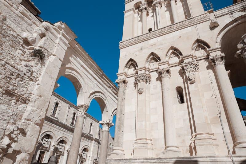 Fachada exterior del palacio público del ` s de Diocletian de la señal, fractura, fotos de archivo
