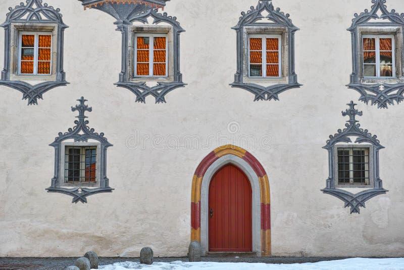 Fachada gótica de la casa del castillo imagen de archivo