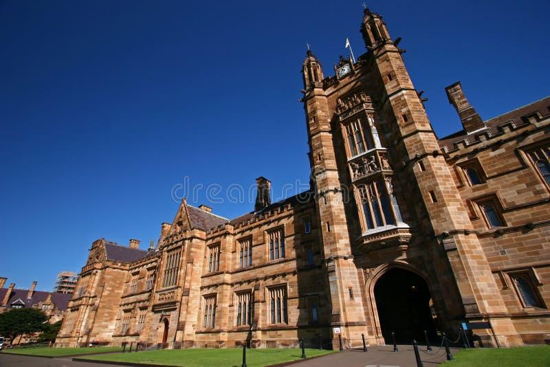 Fachada gótica del estilo del renacimiento del cuadrilátero clásico e histórico con piedra arenisca beige en la universidad de Sy fotografía de archivo