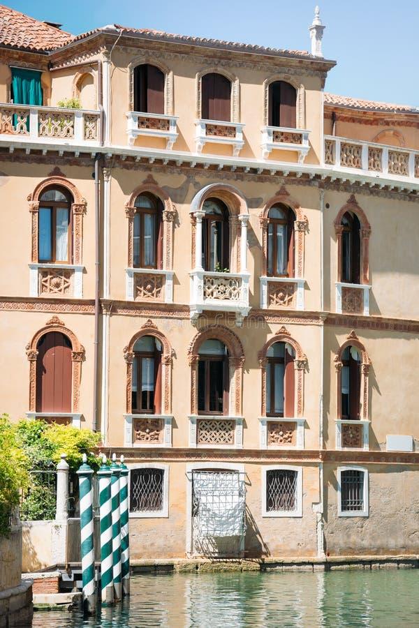 Fachada hermosa de la casa mercantil típica en el Gran Canal, Venecia imagen de archivo