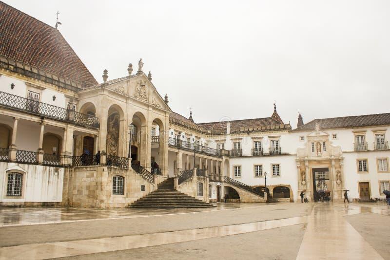 Fachada histórica da universidade de Coimbra, Portugal foto de stock