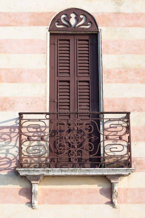Fachada italiana com balcão imagens de stock royalty free