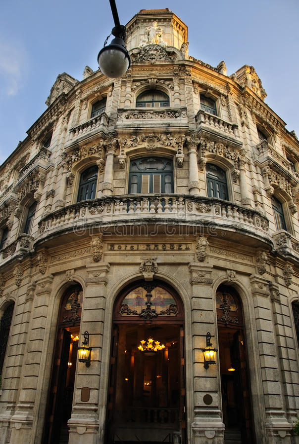 Fachada lujosa del edificio en La Habana vieja, Cuba imagenes de archivo