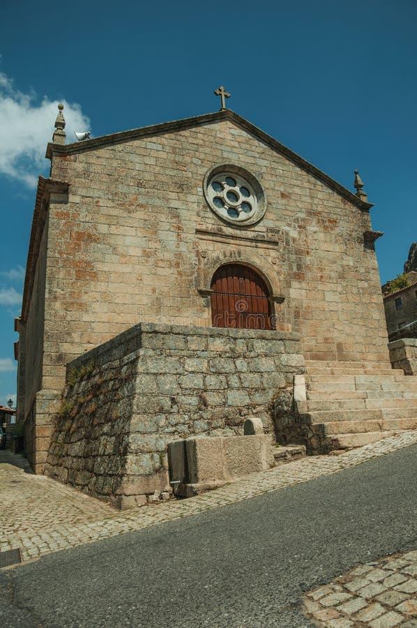 Fachada medieval da igreja com a parede de pedra em Monsanto fotos de stock