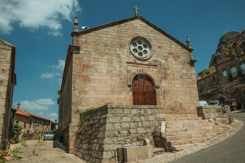 Fachada medieval da igreja com a parede de pedra em Monsanto foto de stock royalty free