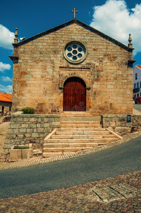 Fachada medieval da igreja com a parede de pedra em Monsanto foto de stock
