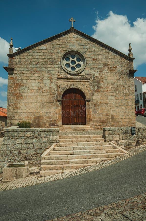 Fachada medieval de la iglesia con la pared de piedra en Monsanto imagen de archivo libre de regalías