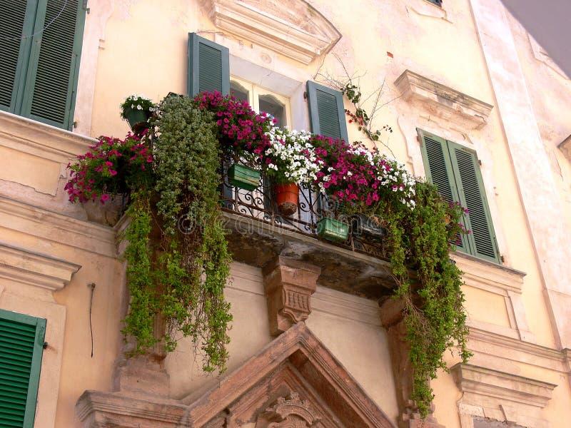 Fachada mediterrânea da casa com a grande decoração floral foto de stock