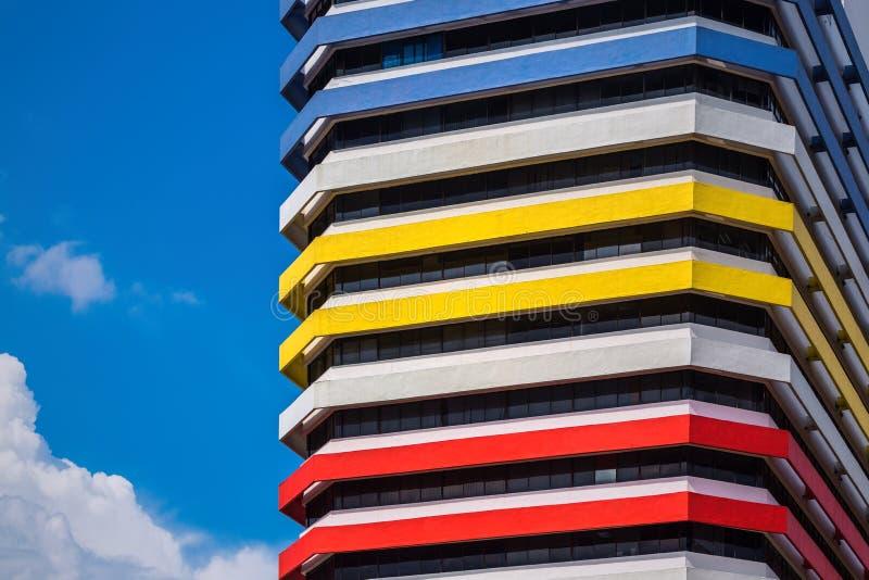 Fachada moderna colorida del edificio, Singapur foto de archivo libre de regalías