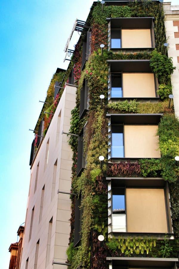 Fachada moderna com o jardim vertical no Madri fotografia de stock royalty free