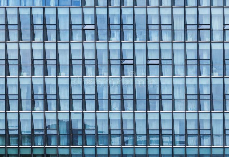 Fachada moderna del edificio de oficinas con las ventanas imágenes de archivo libres de regalías