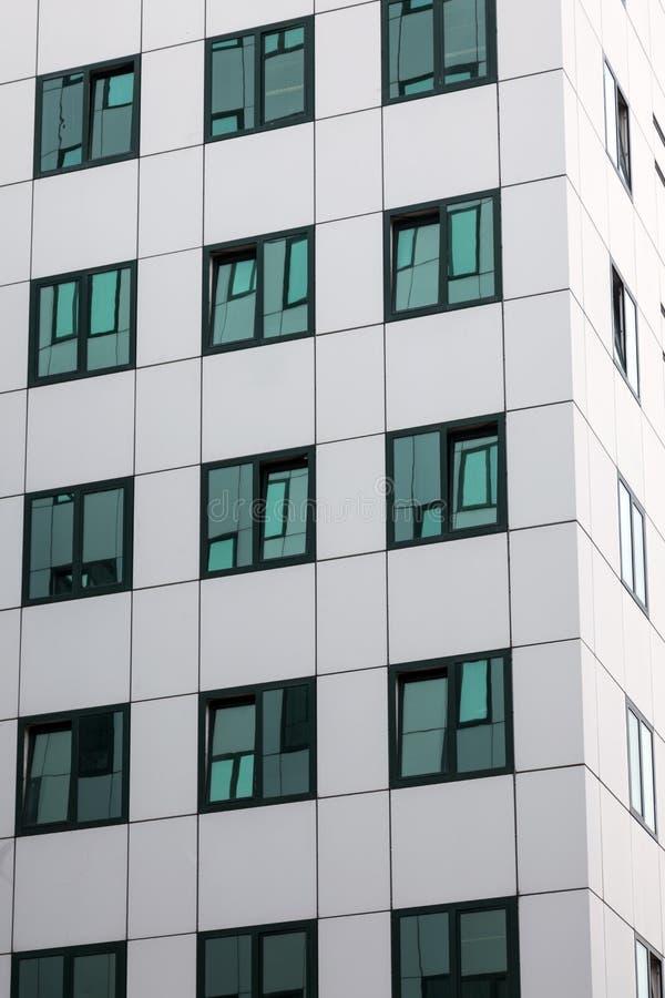 Fachada moderna del edificio de oficinas con reflexiones for Fachadas oficinas modernas