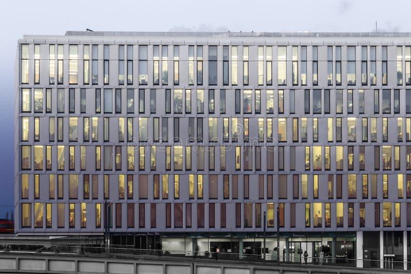 Fachada moderna del edificio de oficinas en la noche foto de archivo