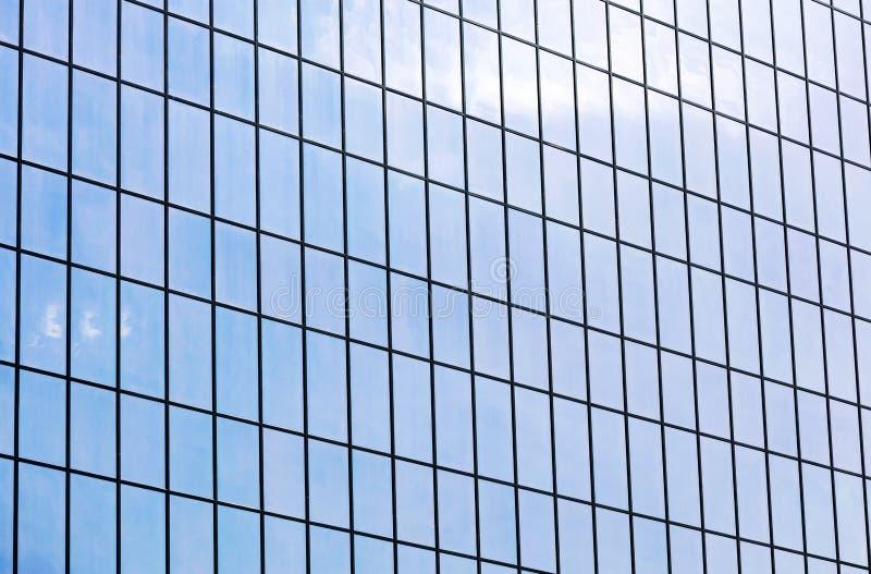 Fachada moderna del edificio de oficinas Pared de cristal que refleja el cielo azul fotos de archivo libres de regalías