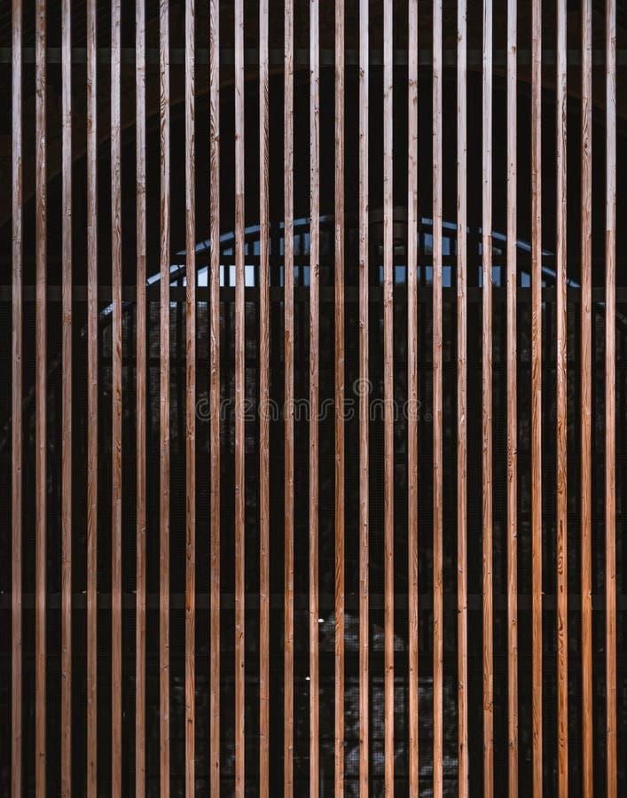 Fachada moderna del edificio hecha de haces de madera foto de archivo libre de regalías