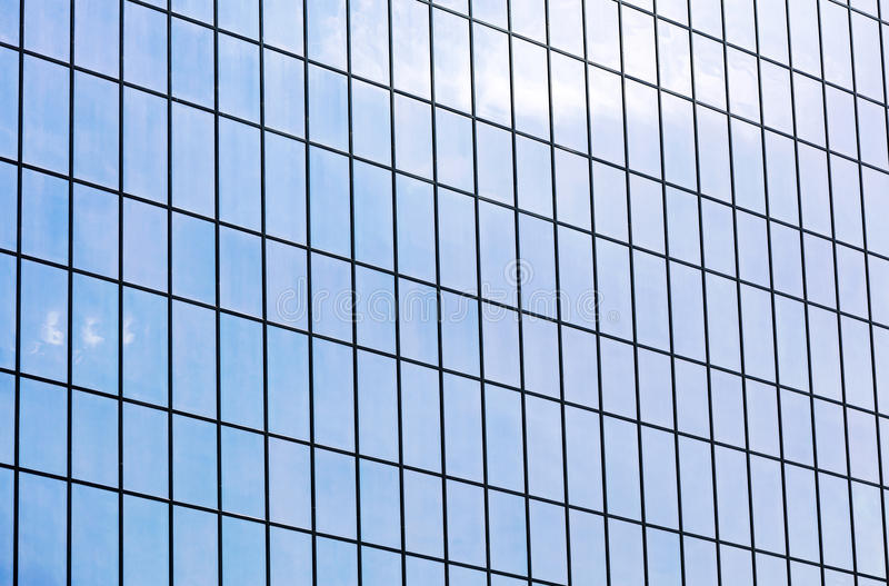 Fachada moderna do prédio de escritórios Parede de vidro que reflete o céu azul fotos de stock royalty free