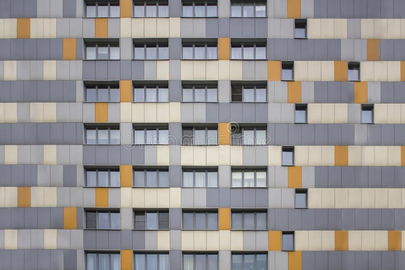 Fachada multi-colorida brilhante de uma construção moderna do arranha-céus com janelas fotografia de stock royalty free