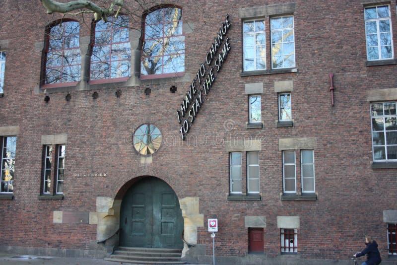 Fachada ou parede de uma construção exterior construída de tijolos vermelhos com grandes janelas Universidade de Rotterdam imagens de stock royalty free