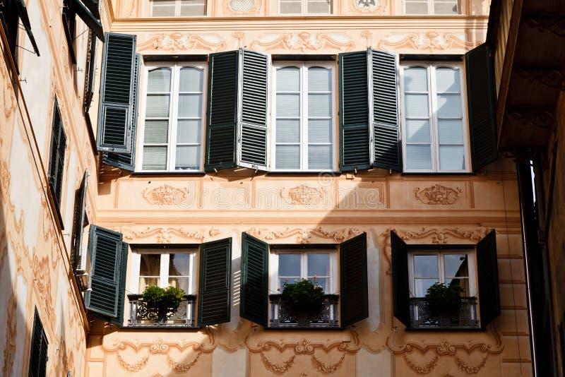 Fachada pintada Sunlit brilhante da casa em Genoa foto de stock royalty free