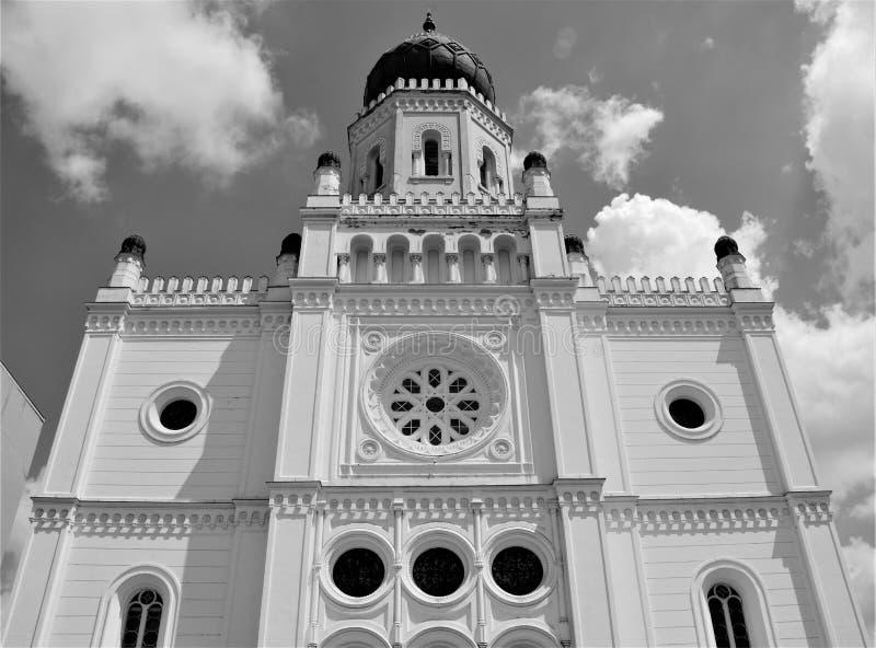 Fachada pintoresca de una sinagoga h?ngara en Kecskemet fotografía de archivo libre de regalías