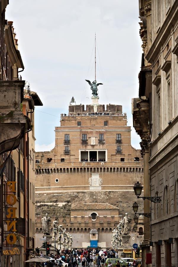 Fachada principal de Castel Sant 'Angelo com a ponte sobre o Tibre imagem de stock