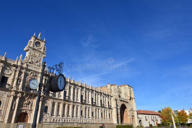 Fachada principal do convento e do hospital velhos San Marcos com um pulso de disparo e um termômetro análogo no primeiro plano n fotos de stock royalty free