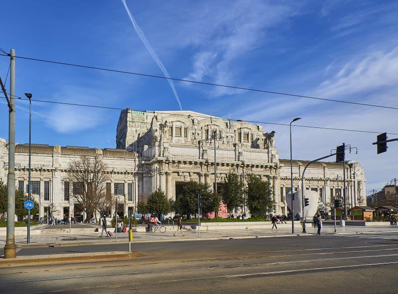 Fachada principal do estação de caminhos de ferro de Milão Centrale Milão, Lombardy, Itália imagem de stock