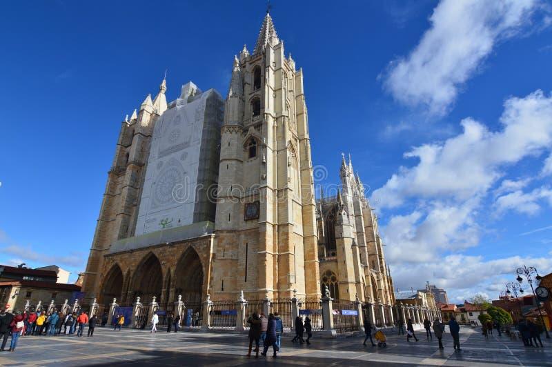 Fachada principal y lateral con algunas nubes hermosas en el cielo en Leon Cathedral In Leon Arquitectura, viaje, historia, calle imagen de archivo libre de regalías