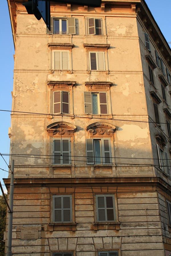 Fachada rascada de un buidling en Roma en la luz de la tarde, puesta del sol imagen de archivo