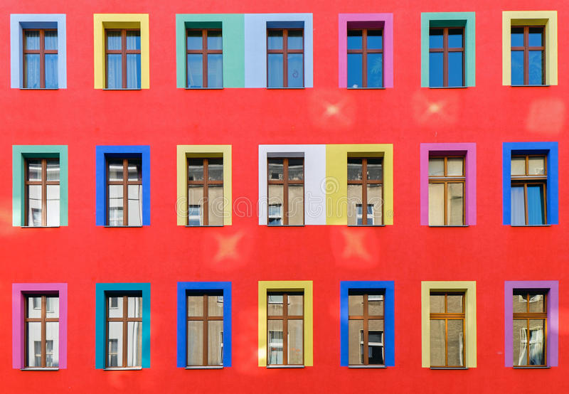 Fachada roja con las ventanas coloridas fotos de archivo libres de regalías