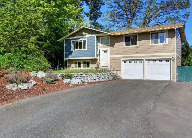 Fachada típica da casa americana Pintura exterior azul e do bege fotografia de stock royalty free