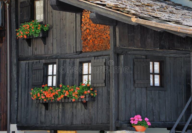Fachada típica das casas de madeira na cidade dos cumes no d'Aosta de Valle, Itália fotos de stock royalty free