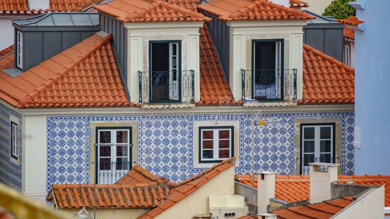 Fachada típica de la teja de Lisboa foto de archivo