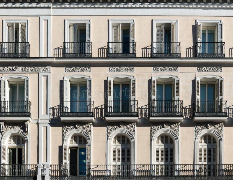 Fachada t?pica en Madrid imagenes de archivo