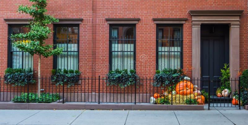 Fachada típica no Greenwich Village antes de Dia das Bruxas com abóboras imagens de stock