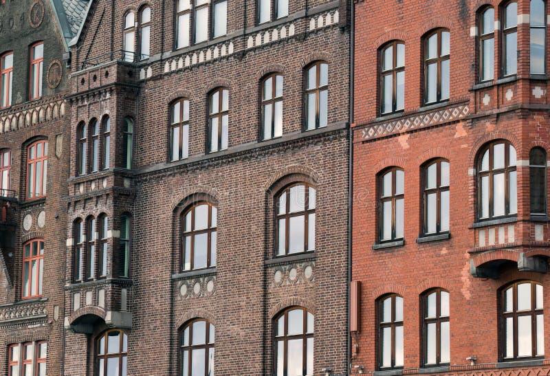 Fachada tradicional das construções, close-up exterior das construções históricas bonitas que estão firmemente junto foto de stock royalty free