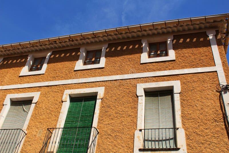 Fachada velha colorida e majestosa da casa em Caravaca de la Cruz, Múrcia, Espanha imagens de stock